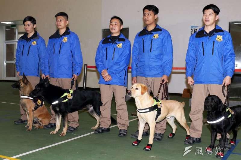 20180201-憲兵指揮部日前安排警衛大隊軍犬分隊接受媒體訪問,在士官長劉信宏(中)帶領的團隊下,未來將精益求精,訓練出更多具有國際偵爆能力的優秀軍犬。(蘇仲泓攝)
