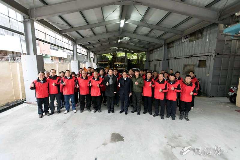 基隆市長林右昌年前慰勞清潔隊員,感謝他們終年的辛勞。(圖/張毅攝)