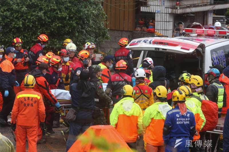 日前花蓮發生7級強震,造成許多災情,搜救人員9日下午發現受困於雲門翠堤大樓內的加拿大籍香港夫妻,但已無生命跡象。2人相擁環抱,場面令人鼻酸,花蓮地震罹難者也上升至12人。(資料照,陳明仁攝)