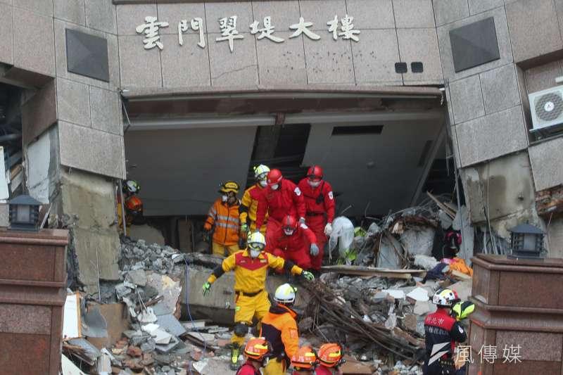 花蓮地震,雲門翠堤大樓救援現場,4級以上餘震不少,搜救人員只能不斷間段進出。(陳明仁攝)
