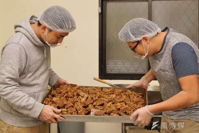 20180210-青年創業黑糖兄弟,手工製作的黑糖薑母是店內招牌,包裝前兩人仔細檢查成品。(盧逸峰攝)