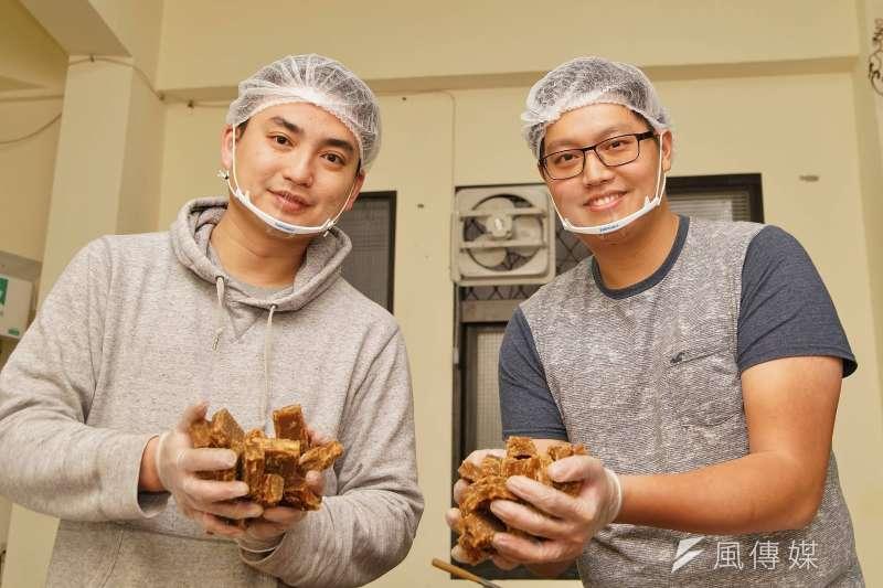 20180210-青年創業黑糖兄弟大瑋(左)、阿鴻,手工製作的黑糖薑母是店內招牌。(盧逸峰攝)