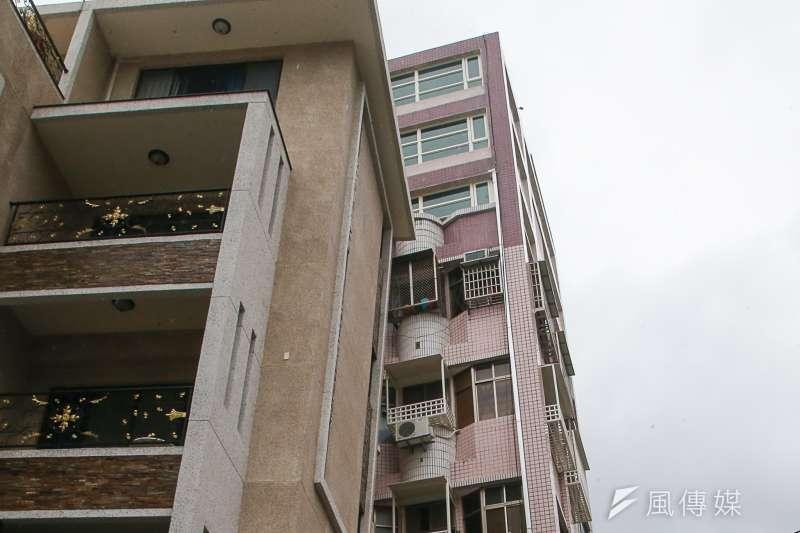 20180208-「0206」花蓮地震,國盛六街二棟大樓塌陷,受災民眾質疑人為肇因,其中一大樓受災民眾質疑頂樓加蓋三層樓是否為肇因之一,加蓋三層的磁磚色不同。(陳明仁攝)