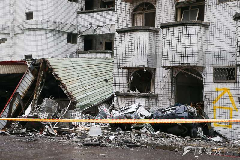 20180208-「0206」花蓮地震,國盛六街二棟大樓塌陷,受災民眾質疑人為肇因,其中一大樓受災民眾質疑是更改地下停車場入口,是否破壞主結構。(陳明仁攝)