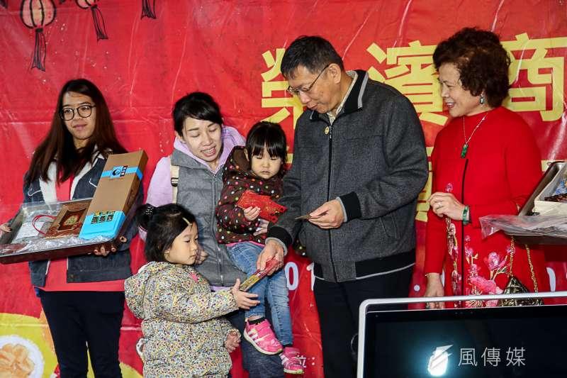 2018-02-11-台北市長柯文哲前往榮濱商圈拜年、發紅包02。(陳明仁攝)