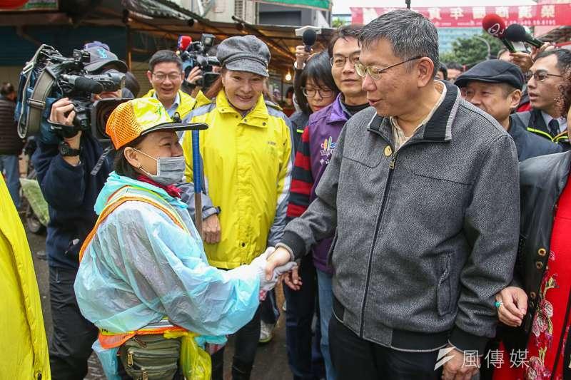 台北市長柯文哲11日上午前往榮濱商圈拜年、發紅包。(陳明仁攝)