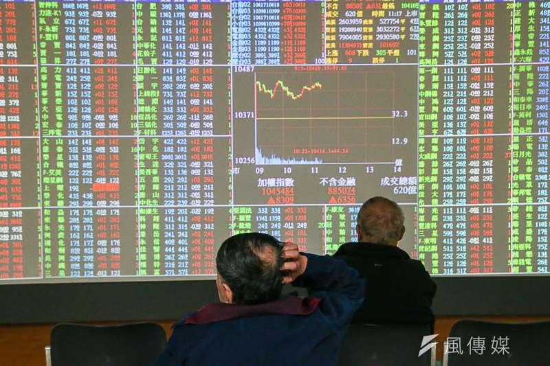 美國與土耳其間的經貿關係緊張,導致土耳其國幣里拉不斷下跌,日前更跌破7.24元的歷史最高價位。而台灣也免不了受這波貿易戰的影響,台股今(13)日開盤時跌破1萬1大關,報10939.68點,跌44點;且開盤5分鐘即跌超過百點,跌幅約1%。(情境資料照,與本文無關。陳明仁攝)