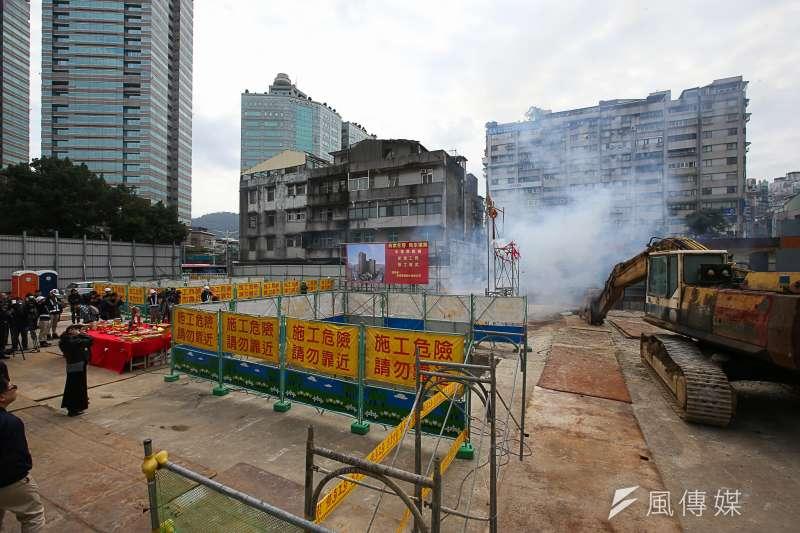 圖為永春都更案新建工程復工儀式,工地正後方為不同意戶的公寓樓層 。(陳明仁攝)