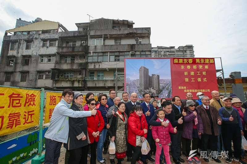 台北市永春都更案新建工程復工儀式,等了十八年,出席的同意戶民眾充滿希望合影,工地正後方為不同意戶的公寓樓層 。(陳明仁攝)