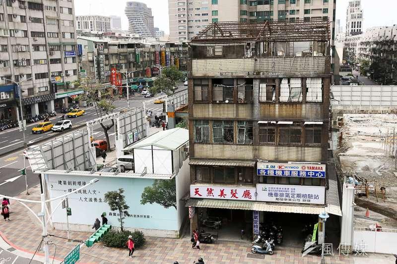 從2014年開始,政府將房屋持有稅大幅調高,尤其是台北市,新成屋大幅調高房屋稅,使都更戶換新屋後的房屋稅過高,此舉導致升斗小民在老屋改建之後反而住不起新房,都更頓時熄火。(資料照,陳明仁攝)