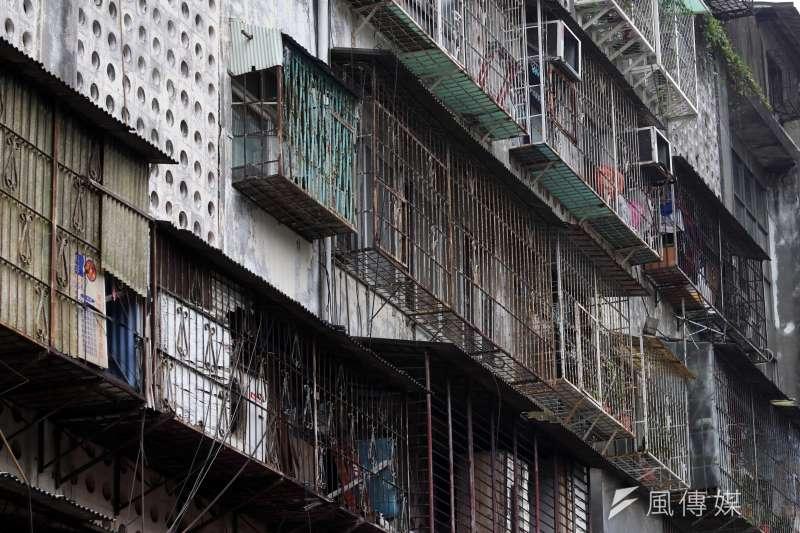 20180213-斯文里三期整宅外觀顯得凌亂而老舊。(蘇仲泓攝)