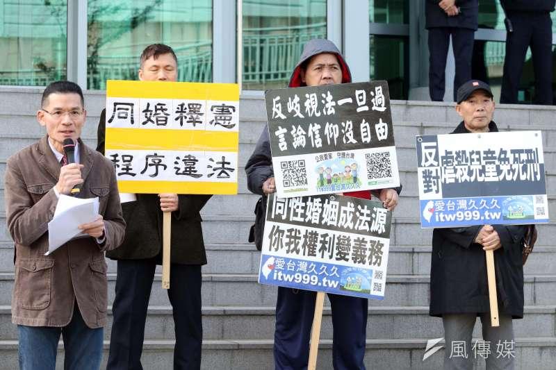 20180213-護家盟上午前往台北高等行政法院外,召開「748釋憲案後行政訴訟相關議題」記者會。左為台灣宗教團體愛護家庭大聯盟秘書長張守一。(蘇仲泓攝)