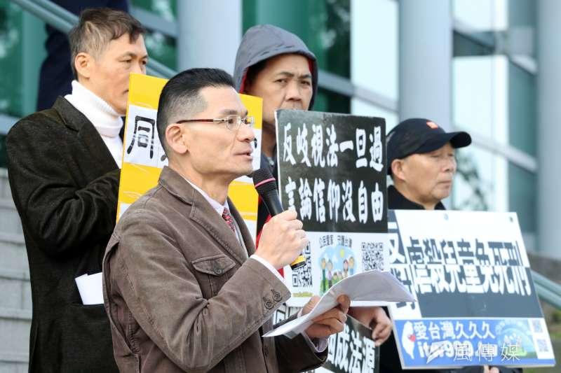 20180213-護家盟上午前往台北高等行政法院外,召開「748釋憲案後行政訴訟相關議題」記者會。左二為台灣宗教團體愛護家庭大聯盟秘書長張守一。(蘇仲泓攝)
