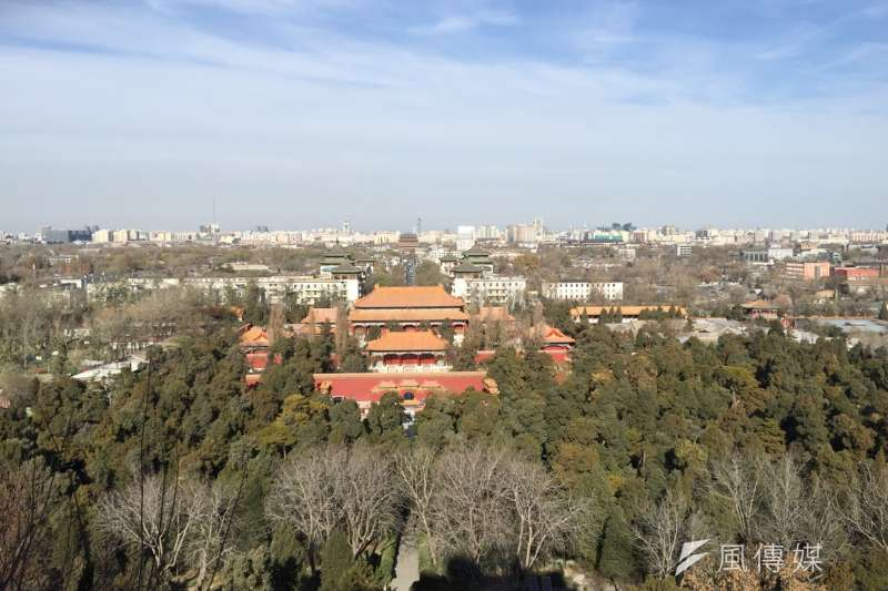 從景山公園眺望紫禁城,只見藍天白雲不見霧霾。(風傳媒)