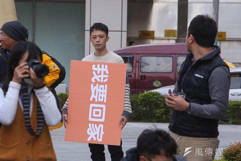 20180214-大陸台灣學生聯誼總會學生們,到交通部陳情春節返台機票貴。(陳明仁攝)