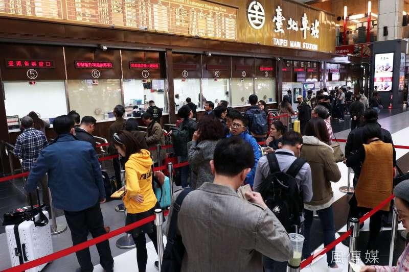 春節連假將至,台鐵、高鐵車票熱銷,為因應民眾需求,高鐵再加碼17班車。(資料照,蘇仲泓攝)