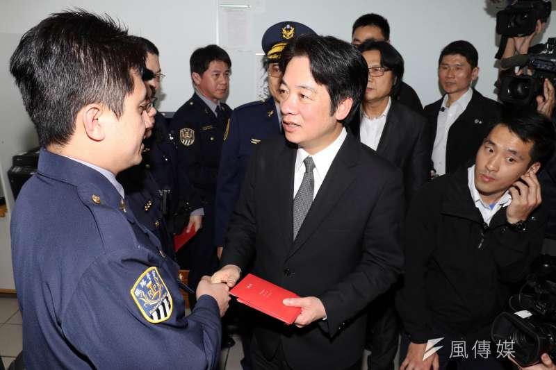 行政院長賴清德今(14)日下午視察鐵路警察局台北分駐所,並頒贈紅包給值勤警員。(蘇仲泓攝)