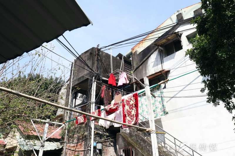 20180214-專題配圖,中華路二段警察眷舍外觀可以發現,建物已經被民眾用來曬衣物。(蘇仲泓攝)