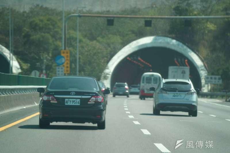 高速公路車禍大部份肇因於任意變換車道,其中包含逼車,其實逼車代價高,駕駛人催油門前該想一想。(盧逸峰攝)