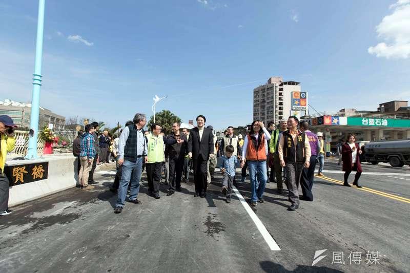 七賢橋改建工程今日下午開始階段性通車,市長林右昌中午與多位市議員及地方仕紳到場參與。(圖/張毅攝)