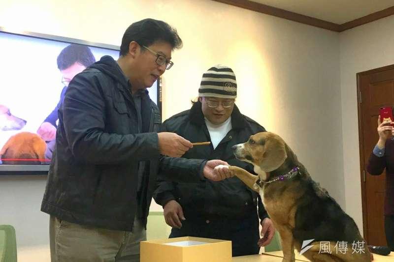 20180214-民進黨立委姚文智上午舉行「台灣『犬』勝」新年賀歲影片發表會。(周思宇攝)