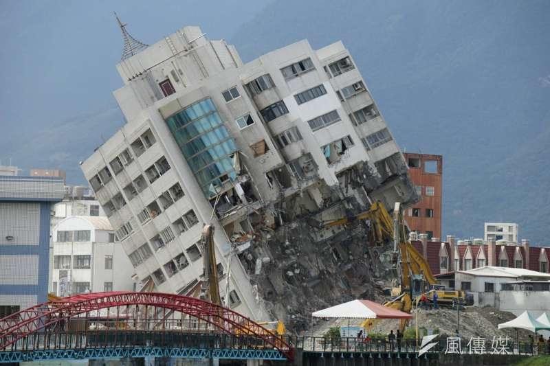 氣象局過去會發出「地震速報」或「地震報告」,以後只剩下震度4級以上的「地震速報」。圖為2月花蓮強震建物傾倒。(資料照,盧逸峰攝)
