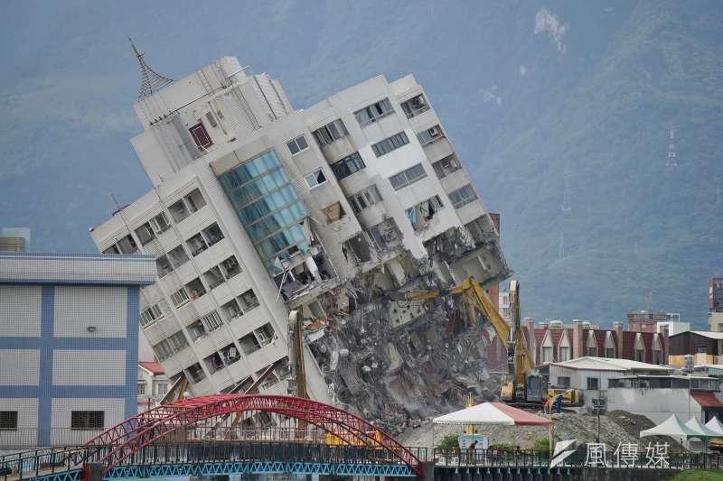 大年初一,花蓮震災中倒塌的雲門翠堤大樓拆除工程進行中。(盧逸峰攝)