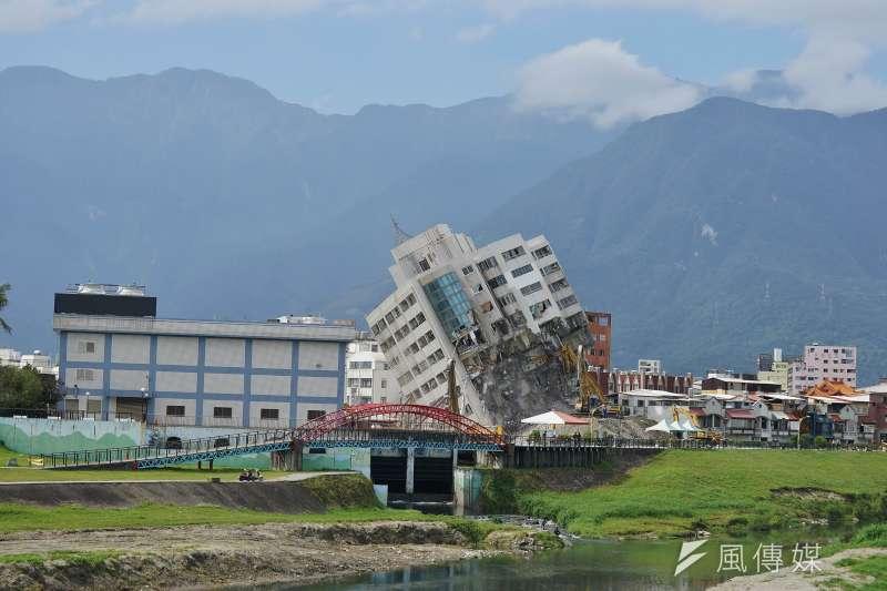 20180206-大年初一,花蓮雲門翠堤大樓拆除工程進行中,在後山美景中前顯得相當突兀。(盧逸峰攝)