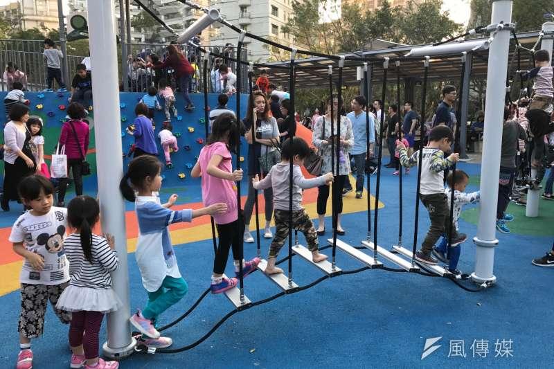 台灣少子化問題嚴動,圖為小朋友、兒童春節在公園遊玩。(風傳媒)