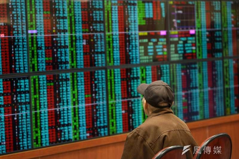 股市開市,投資人紛紛至證券公司看盤。(顏麟宇攝)