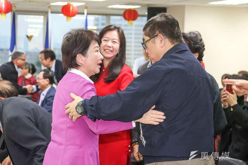 國民黨新春團拜,已提名參選台中市長的立委盧秀燕受到與會來賓握手加油。(陳明仁攝)