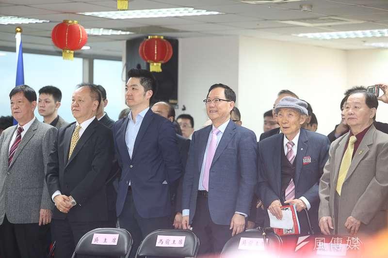 過一個年,宣言參選台北市長的人突然爆增。圖為國民黨新春團拜,有意參選台北市長的丁守中出席,並坐在表明不選市長的「站將」蔣萬安旁邊。(陳明仁攝)