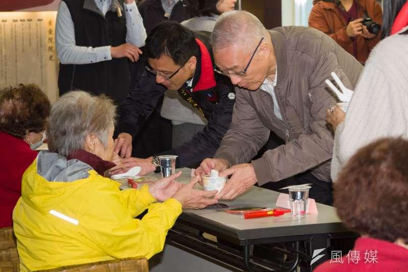 20180224-吳敦義出席愛愛院滾元宵公益活動,並分送湯圓給長者。(甘岱民攝)