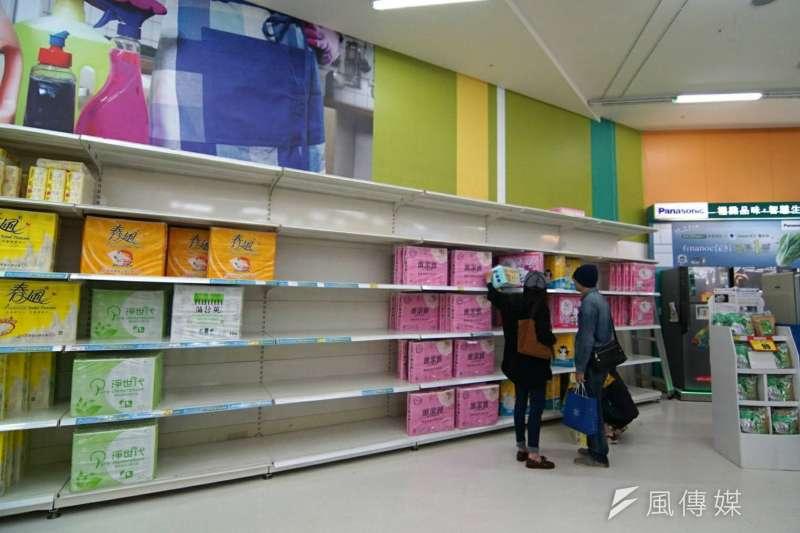 民眾搶購衛生紙,圖為愛買新竹巨城店。(盧逸鋒攝)