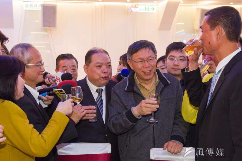 高雄市長陳菊表示,柯文哲總是跟著國民黨踹他們,圖為民進黨台北市黨部春酒,柯文哲在民進黨台北市黨部主委黃承國陪同下敬酒。(甘岱民攝)