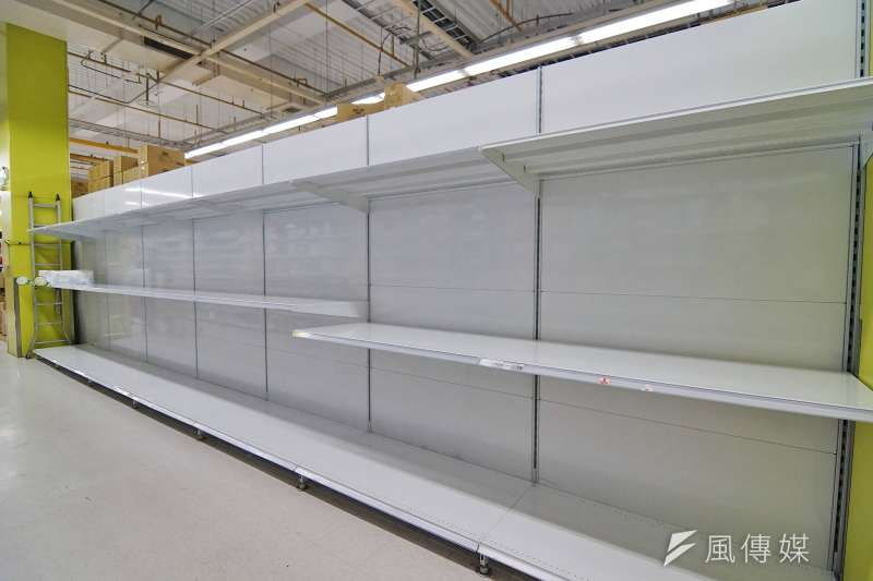 民眾搶購衛生紙,許多大賣場存貨已銷售一空,圖為大潤發新竹湳雅店。(盧逸峰攝)