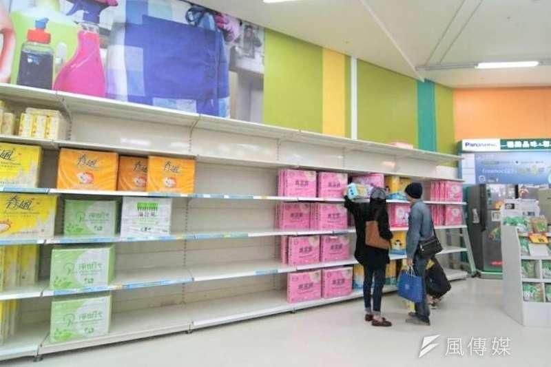 衛生紙最快將在三月中旬漲價,民眾近日一窩蜂搶購衛生紙。(圖/盧逸鋒攝)