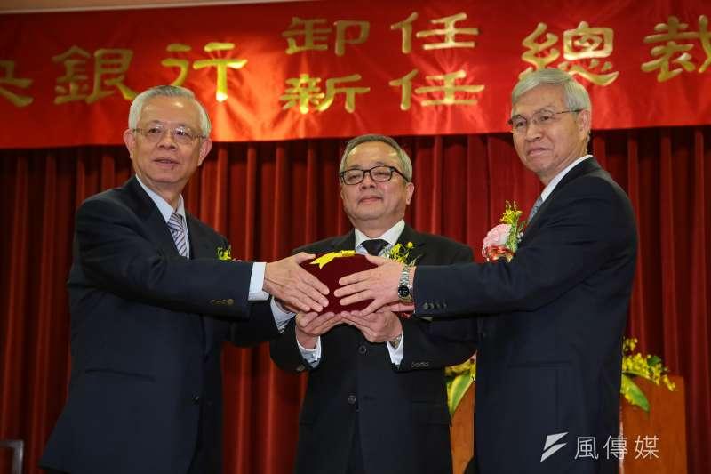 未來台幣是貶值還是升值?圖為卸任央行總裁彭淮南(左)、新任央行總裁楊金龍(右)。(資料照片,顏麟宇攝)