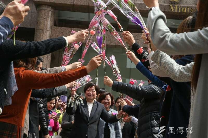 2018-02-26-勞動部長交接,同仁從樓上到出口,人手一束玫瑰花,形成花拱門歡送舊部長林美珠。(陳明仁攝)
