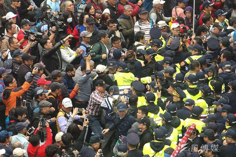 作者指出,「互信薄弱」、「相對剝奪感加劇」在台灣也越來越嚴重。 近幾年來,國內有識之士對藍綠惡鬥、社會割裂,無不憂心忡忡。圖為反年改抗議,和警方爆衝突推擠。(資料照,陳明仁攝)