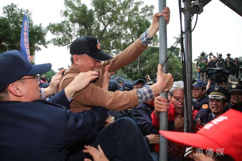反年改團體抗議,欲拆除台灣國國旗。(顏麟宇攝)