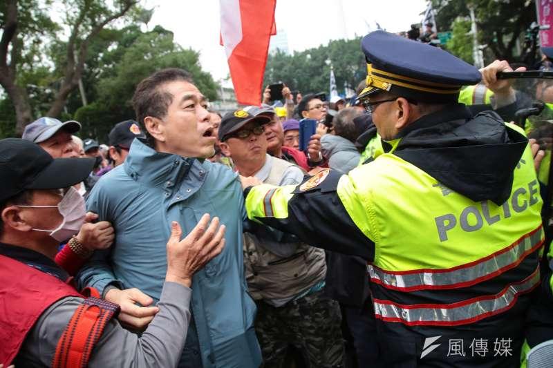 20180227-反年改團體27日下午持續繞行立院周遭,並與警方發生推擠衝突。(顏麟宇攝)