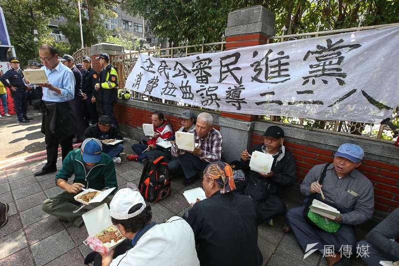 反年金改革團體「八百壯士」立法院抗爭。(陳明仁攝)
