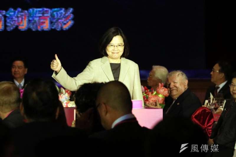 總統蔡英文出席「107年外交部新春聯歡晚會」,蔡總統並在會中比出大拇指,向與會來賓致意。(蘇仲泓攝)