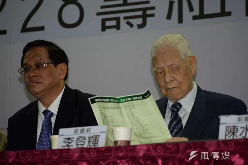 喜樂島聯盟籌組記者會,前總統李登輝閱讀《喜樂島聯盟籌組宣言》。(甘岱民攝)