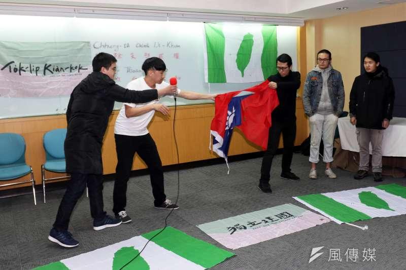 上午在桃園慈湖陵寢進行潑漆行動的獨派青年,下午在台北召開記者會,說明事件經過。圖為記者會現場,獨派青年將中華民國國旗撕破,表達立場。(蘇仲泓攝)