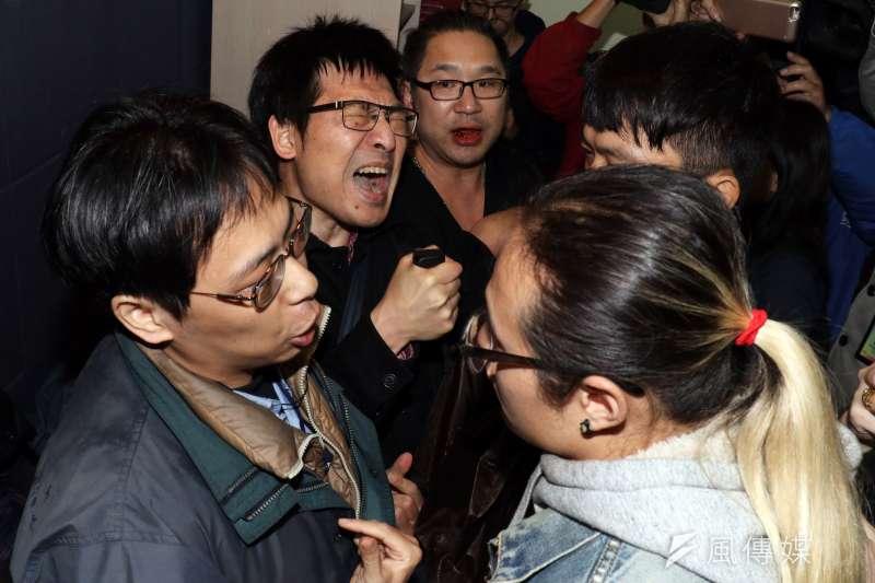 228上午在桃園慈湖陵寢進行潑漆行動的獨派青年,下午在台北召開記者會,說明事件經過。圖為記者會結束前,自稱記者的男子(左)與獨派團體成員(右)爆發口角,場面一度混亂。(蘇仲泓攝)