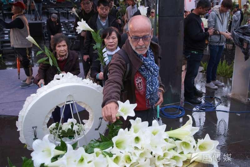 外籍民眾出席「二二八事件71週年中樞紀念儀式」,並於儀式後上前獻花。(資料照,顏麟宇攝)