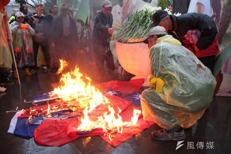 自由台灣黨主席蔡丁貴28日於「二二八事件71週年中樞紀念儀式」後,於紀念碑前焚燒國旗。(資料照,顏麟宇攝)