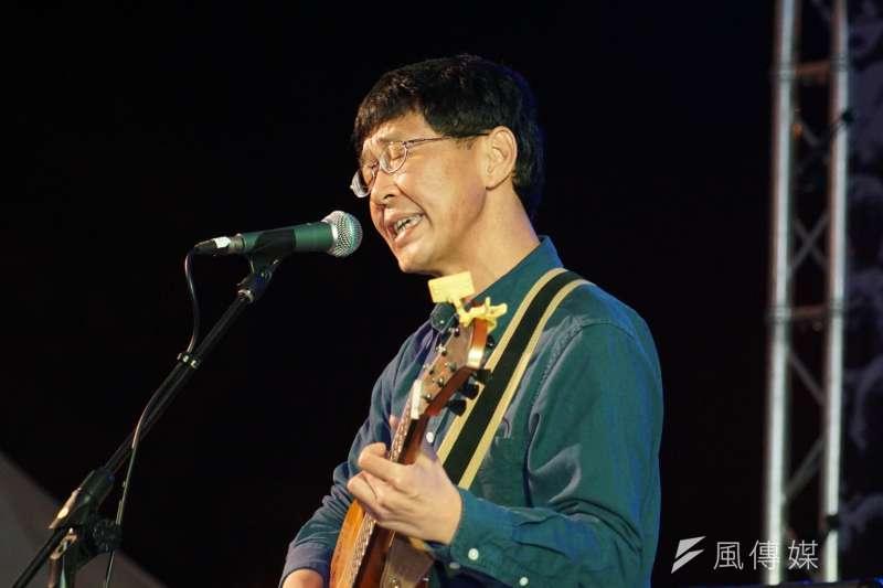 林生祥赴二二八紀念活動「共生音樂節」進行壓軸演唱,感嘆「這世界怎麼那麼這樣,國民黨怎麼那麼可惡」,因此從來拒投國民黨。(盧逸峰攝)